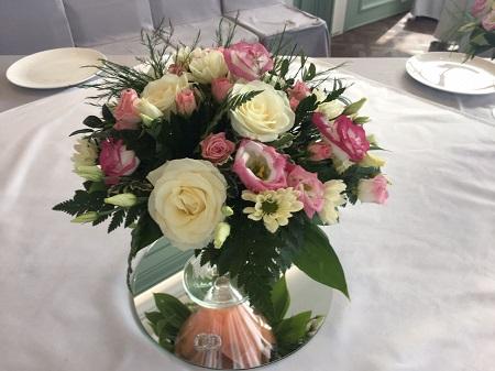 Композиции в стеклянных вазах из живых цветов